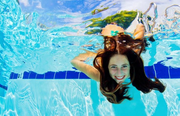 לשמור על השיער בבריכה